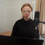Диктор в аудиостудии